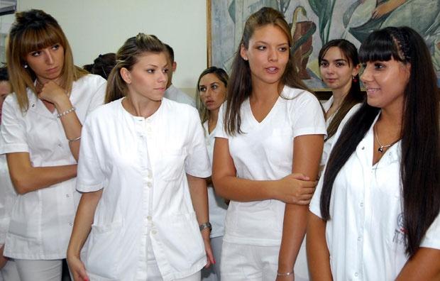 medicinske sestre koje izlaze s policajcima